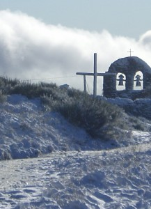 Pilgrim's cross and bell-gable of Sta Mª Magadalena's Church in Focebadón