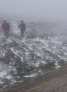 Pilgrims with snow and fog towards Manjarin
