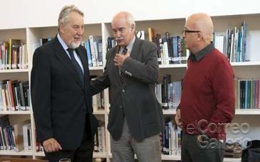 Paolo Caucci, izquierda, saludando a José M. Rey Pichel, presidente del jurado. - FOTO: Xunta